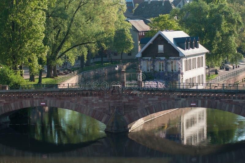 pont lapidé dans peu de quart de la France à Strasbourg avec la réflexion image libre de droits