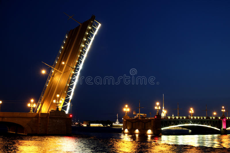 Pont-levis à St Petersburg la nuit photos stock