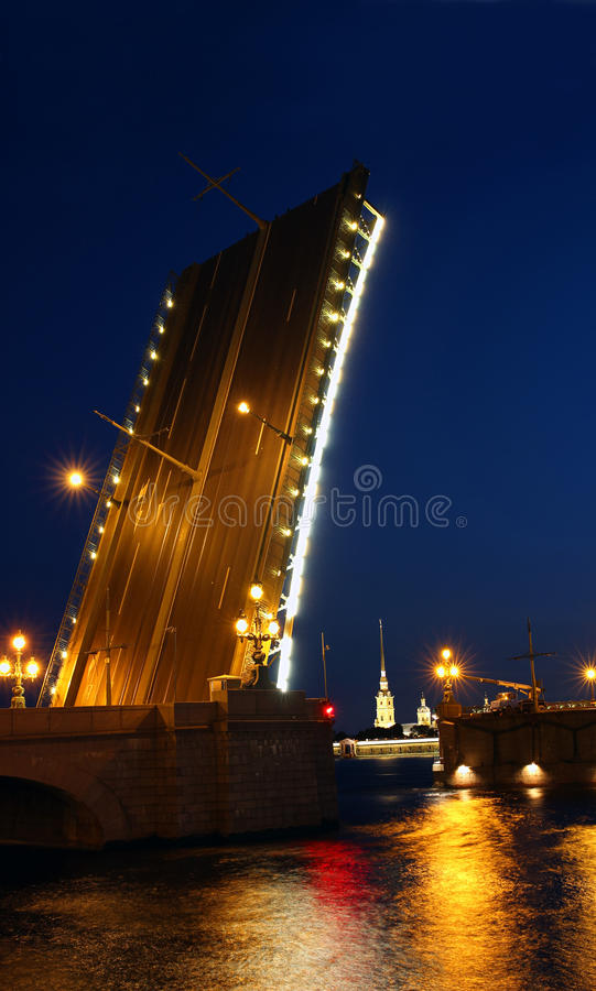 Pont-levis à St Petersburg la nuit photo libre de droits
