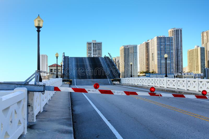 Pont-levis fermé par porte ouvert photographie stock libre de droits