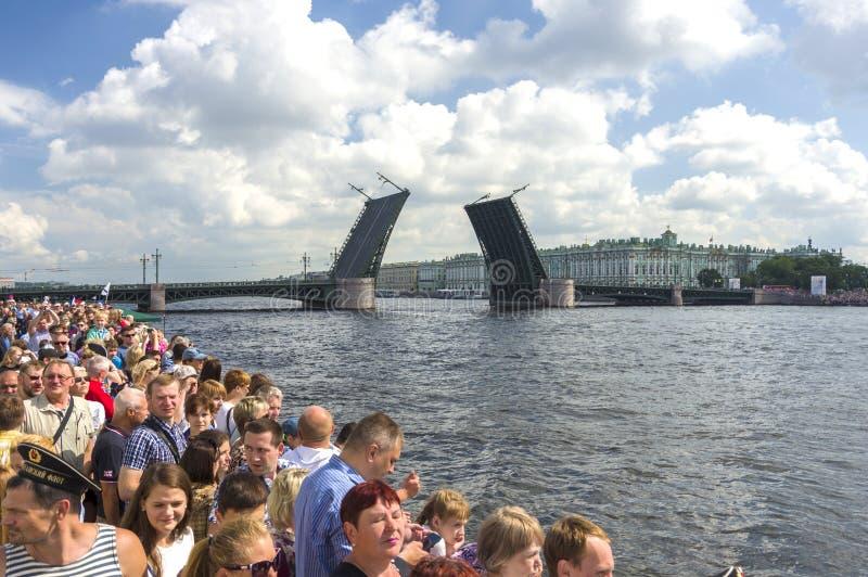 Pont-levis sur le bord de mer de St Petersburg photographie stock libre de droits