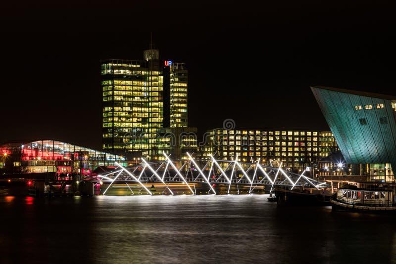 Pont lumineux dans la nuit Amsterdam photographie stock