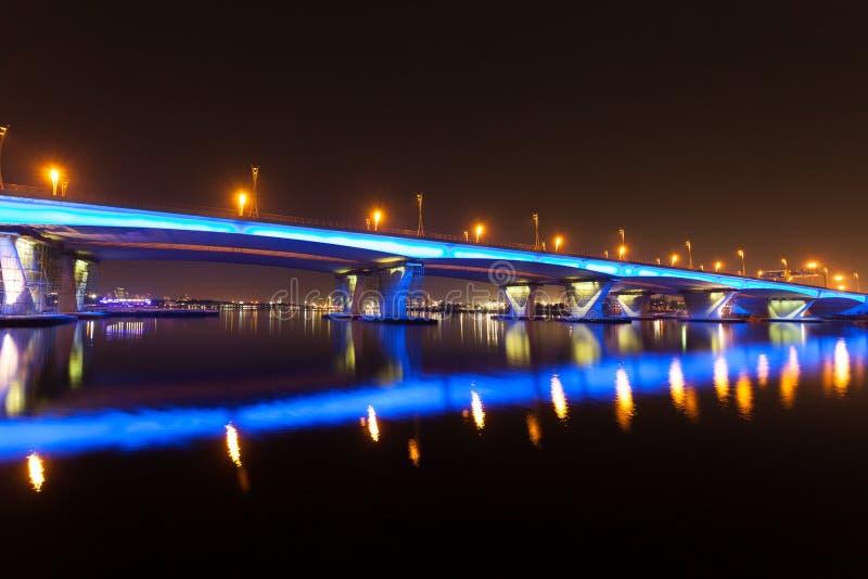 Pont lumineux par bleu à Dubaï images stock
