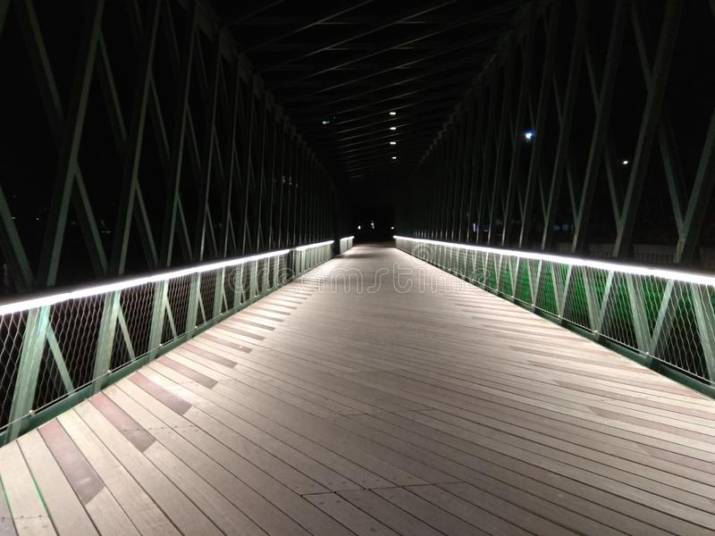 Pont lumineux pendant la nuit photos libres de droits