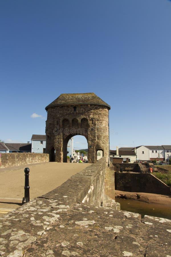 Pont médiéval à déchenchements périodiques – pont de Monnow, Monmouth. photographie stock