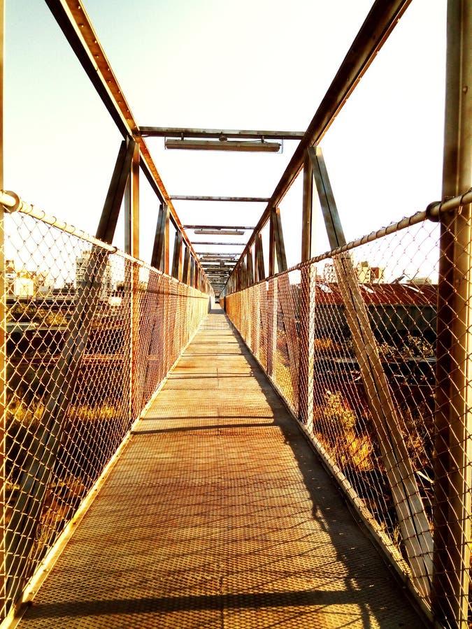 Pont métallique d'une vieille station de train hors d'usage, abandonné aux éléments images stock