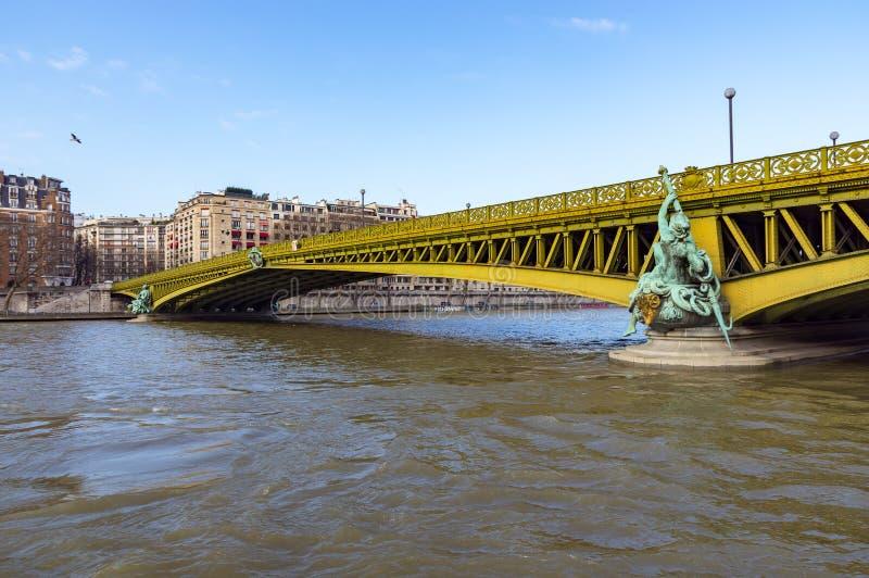 Pont Mirabeau au-dessus des Frances de la Seine - de Paris photos stock
