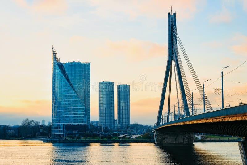 Pont moderne de Vansu de gratte-ciel d'affaires au-dessus de rivière Riga de dvina occidentale images stock