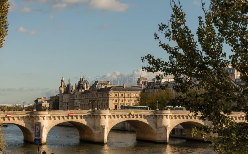 Pont Neuf e Île de la Cité al tramonto alla fine d'ottobre, Parigi fotografia stock libera da diritti