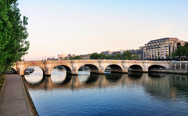 Pont Neuf e o rio Seine, Paris imagens de stock