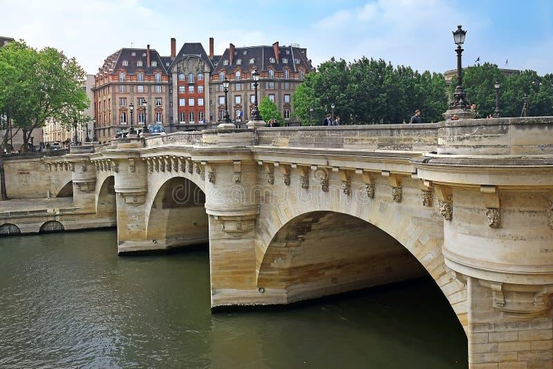 Pont Neuf, ponte che attraversa la Senna a Parigi, Francia immagine stock libera da diritti