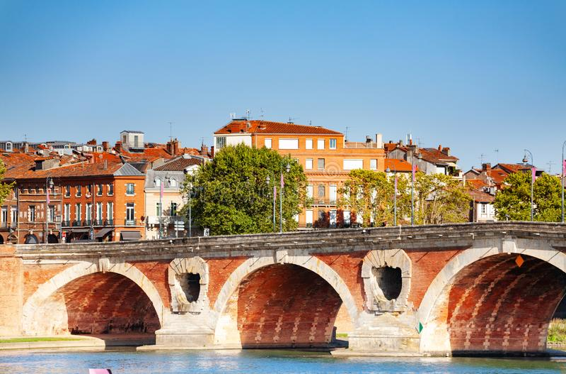 Pont- Neufbrücke über Garonne-Fluss in Toulouse lizenzfreie stockfotos