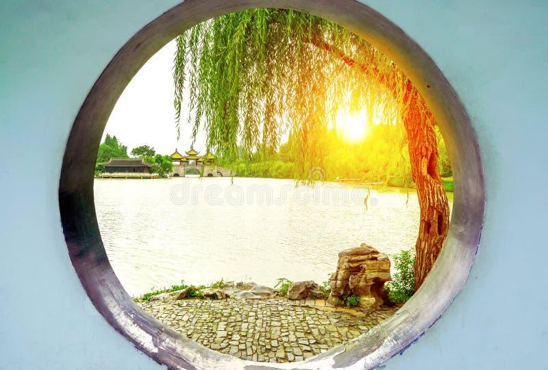 Pont occidental mince de Wuting de lac yangzhou photos libres de droits