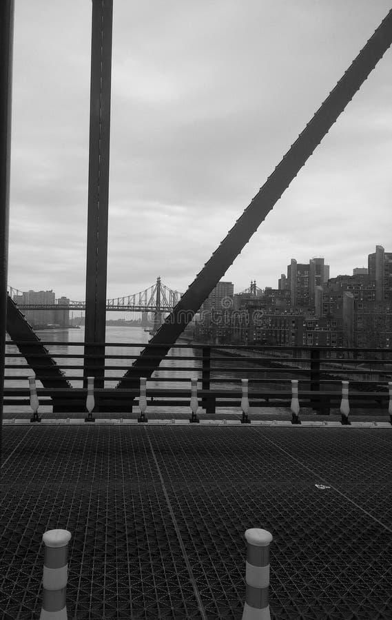 Pont par le pont images stock