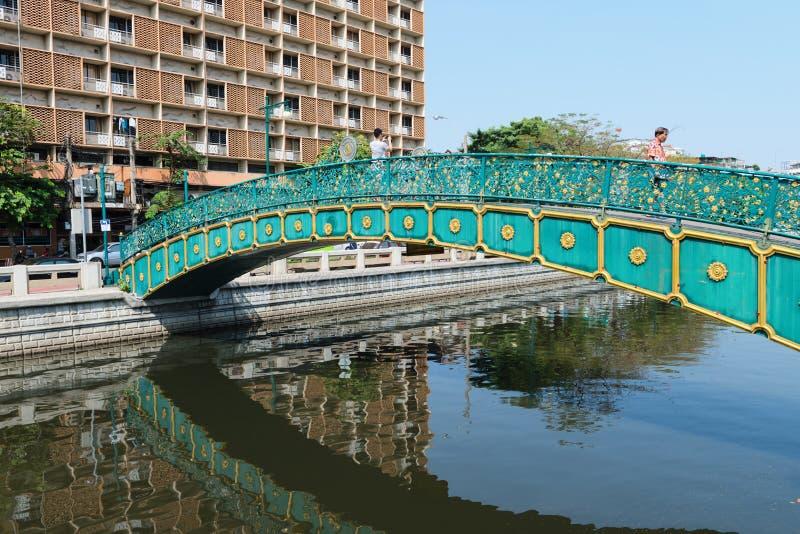 Pont piétonnier au-dessus d'un canal de Bangkok un jour ensoleillé photographie stock libre de droits