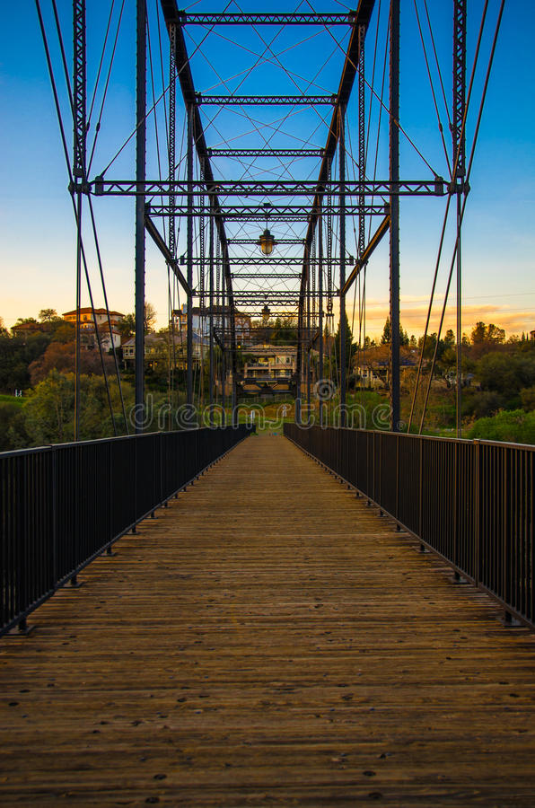 Pont piétonnier au-dessus de la rivière américaine - Folsom, la Californie photos stock