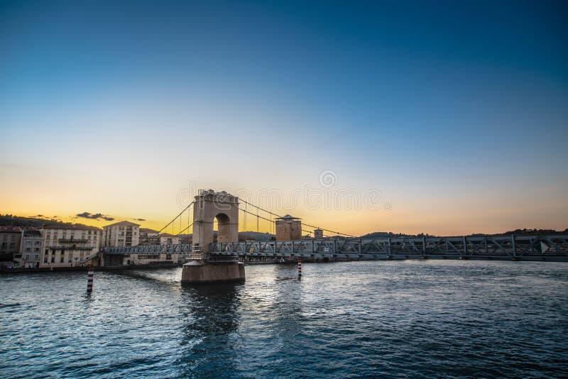 Pont piétonnier au-dessus de la rivière le Rhône à Vienne, France photos stock