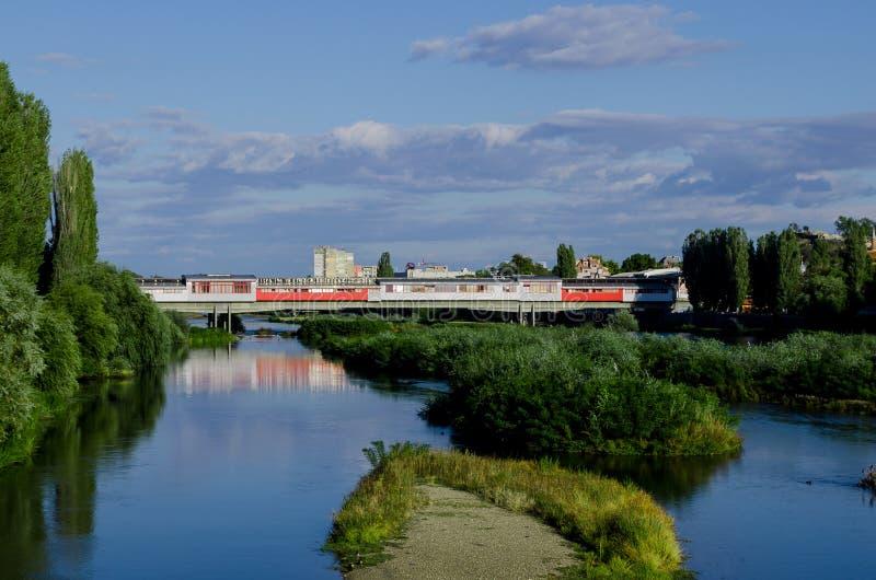 Pont piétonnier au-dessus de rivière de Maritsa à Plovdiv, Bulgarie images libres de droits
