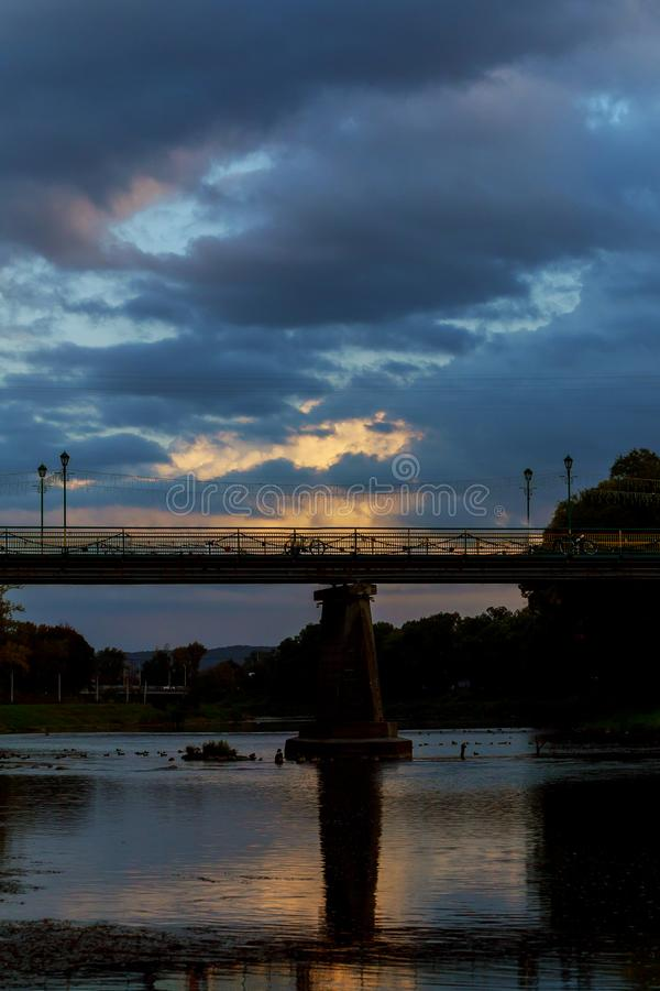 Pont piétonnier de coucher du soleil le centre d'Uzhgorod le soir, Ukraine images stock
