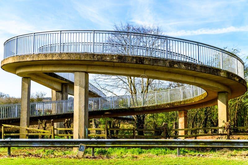 Pont piétonnier de vue de jour au-dessus d'autoroute britannique images stock