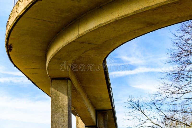 Pont piétonnier de vue de jour au-dessus d'autoroute britannique photos libres de droits
