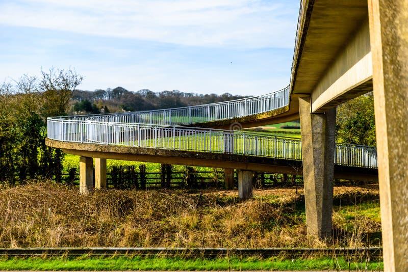 Pont piétonnier de vue de jour au-dessus d'autoroute britannique photo stock