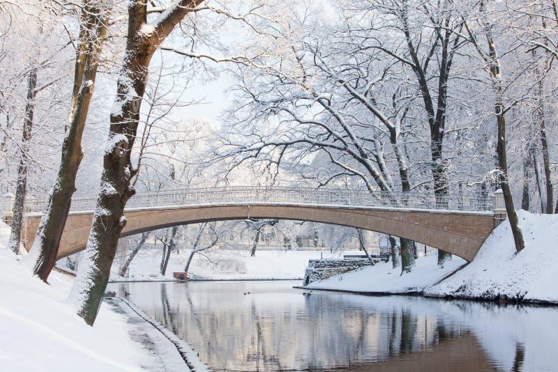 Pont piétonnier en hiver au-dessus du canal de Riga près de Bastejkalns photos stock