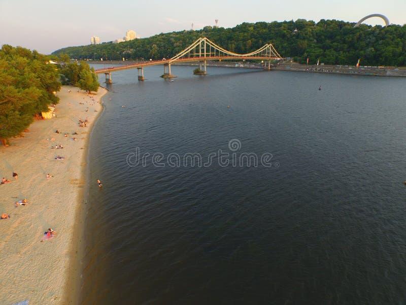 Pont piétonnier et plage au centre de Kyiv image stock