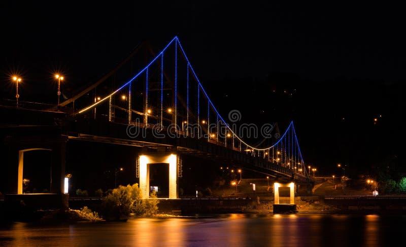 Pont piétonnier illuminé pendant la nuit photographie stock libre de droits