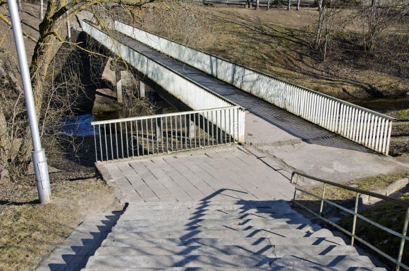 Pont pour le piéton et la bicyclette au printemps photos libres de droits