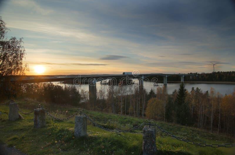 Pont près d'Askersund au-dessus de la partie nord du lac Vaettern en Suède images libres de droits