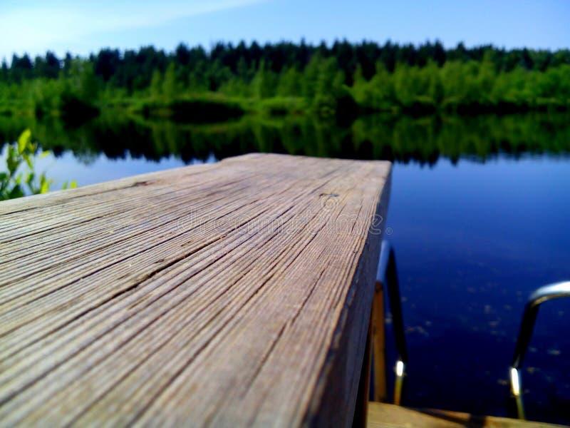 Pont près de lac photos libres de droits