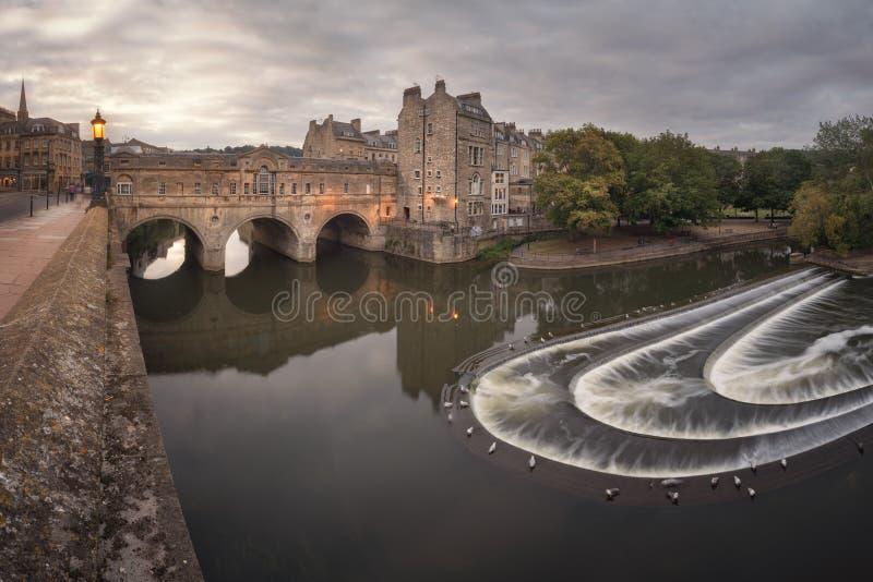 Pont Pulteney dans la soirée, Bath, Somerset, Royaume-Uni image libre de droits