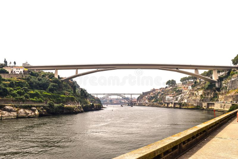 Pont qui enjambe au-dessus de la rivière de Douro à Porto Portugal image stock