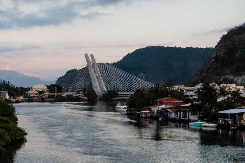 pont resté au-dessus de lagune de Marapendi pendant le lever de soleil le matin nuageux, Barra da Tijuca, Rio de Janeiro photos stock
