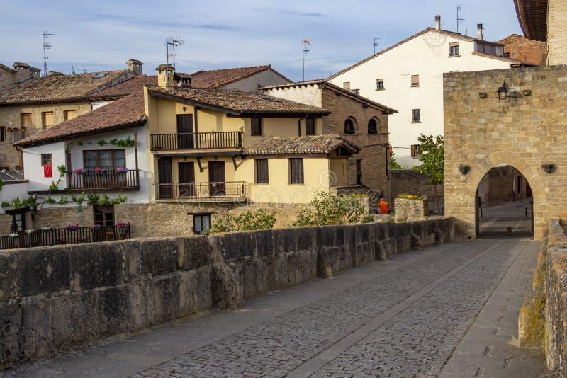 Pont roman à travers la rivière Arga dans le reina de La de Puente, la Navarre Espagne photo libre de droits