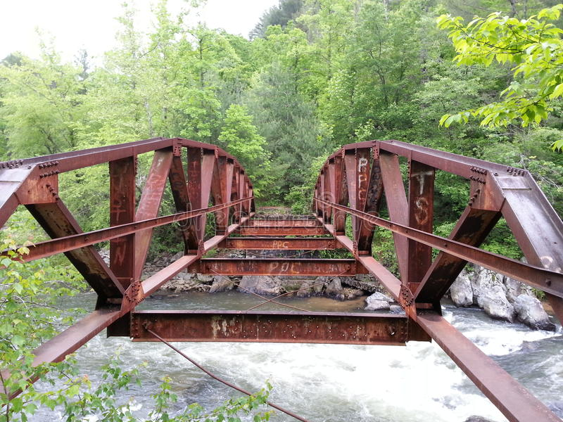 Pont rouge abandonné image libre de droits