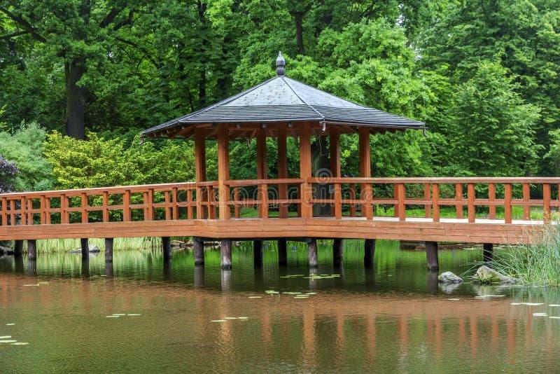 Pont rouge avec un pavillon de vue, bashi de yumedono, dans l'orphie japonaise photographie stock