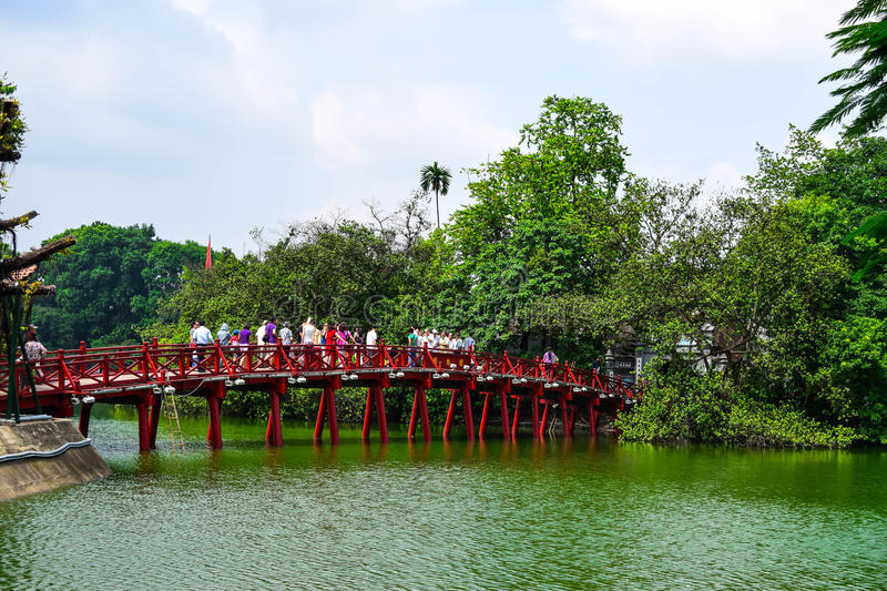 Pont rouge dans le lac Hoan Kiem, ha de NOI, Vietnam photo stock