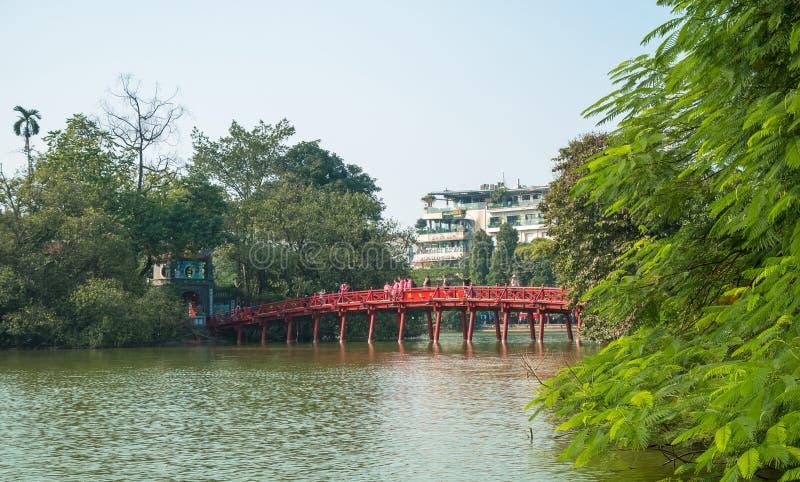 Pont rouge de Huc dans le lac Hoan Kiem, Hanoï Lac de ` de signification de lac Hoan Kiem du ` retourné d'épée image stock
