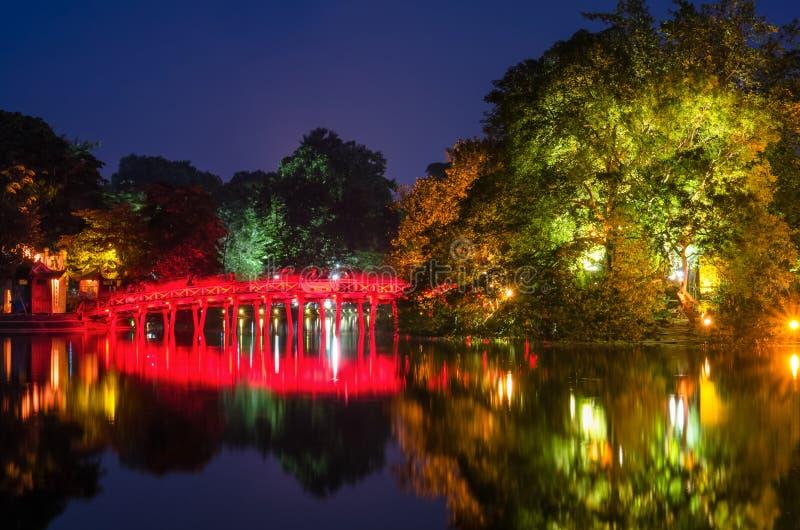 Pont rouge de Huc dans le lac Hoan Kiem, Hanoï Lac de ` de signification de lac Hoan Kiem du ` retourné d'épée Les gens peuvent e photographie stock