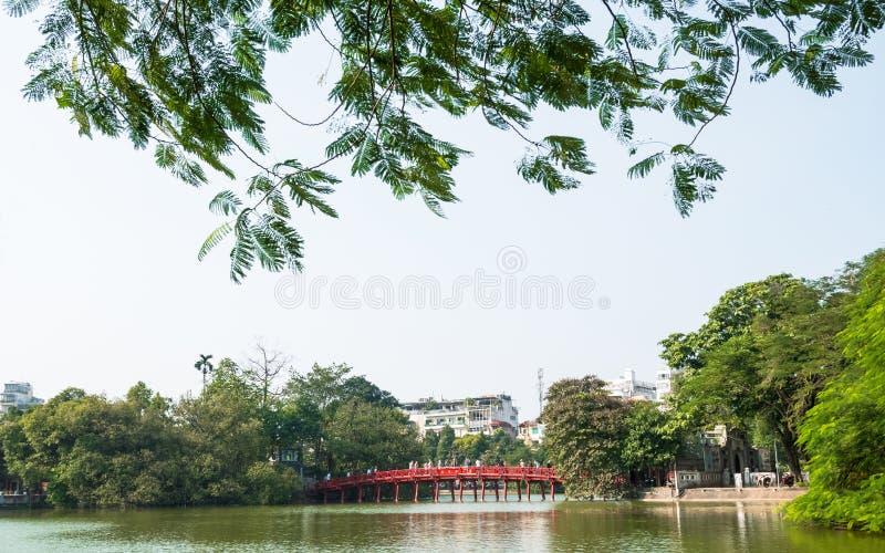 Pont rouge de Huc dans le lac Hoan Kiem, Hanoï Lac de ` de signification de lac Hoan Kiem du ` retourné d'épée Les gens peuvent e image stock