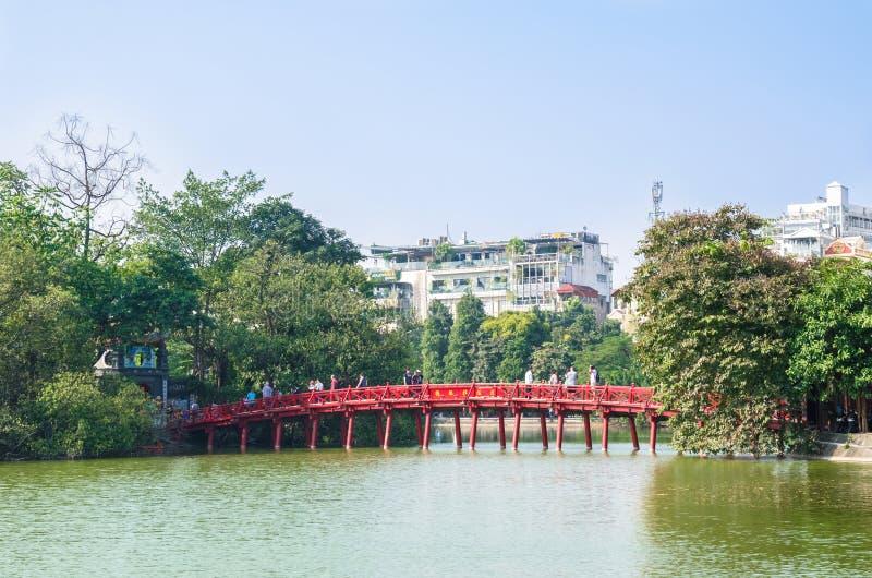 Pont rouge de Huc dans le lac Hoan Kiem, Hanoï Lac de ` de signification de lac Hoan Kiem du ` retourné d'épée Les gens peuvent e images stock