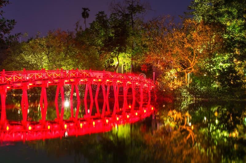 Pont rouge de Huc dans le lac Hoan Kiem, Hanoï Lac de ` de signification de lac Hoan Kiem du ` retourné d'épée Les gens peuvent e photographie stock libre de droits