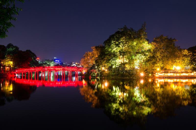 Pont rouge de Huc dans le lac Hoan Kiem, Hanoï Lac de ` de signification de lac Hoan Kiem du ` retourné d'épée Les gens peuvent e photo stock