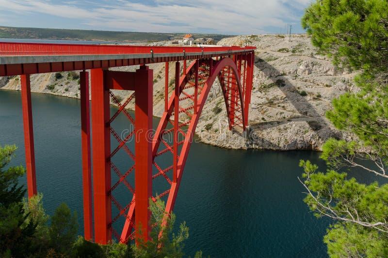 Pont rouge de Maslenica au-dessus de la mer, Maslenica, Croatie photographie stock