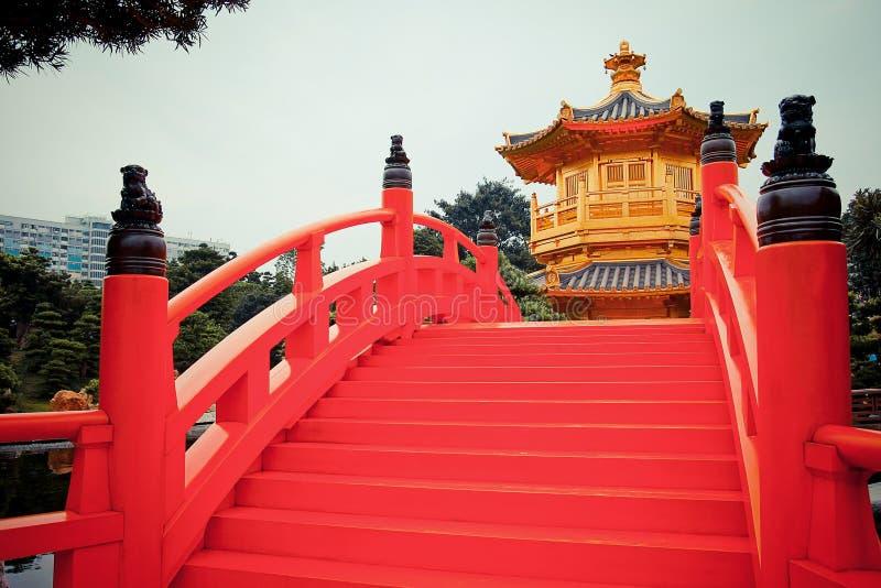 Pont rouge et pavillon d'or chinois photos libres de droits