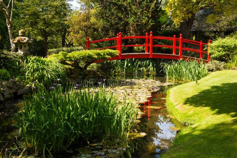 Pont rouge. Les jardins japonais du goujon national irlandais.  Kildare. Irlande photos libres de droits