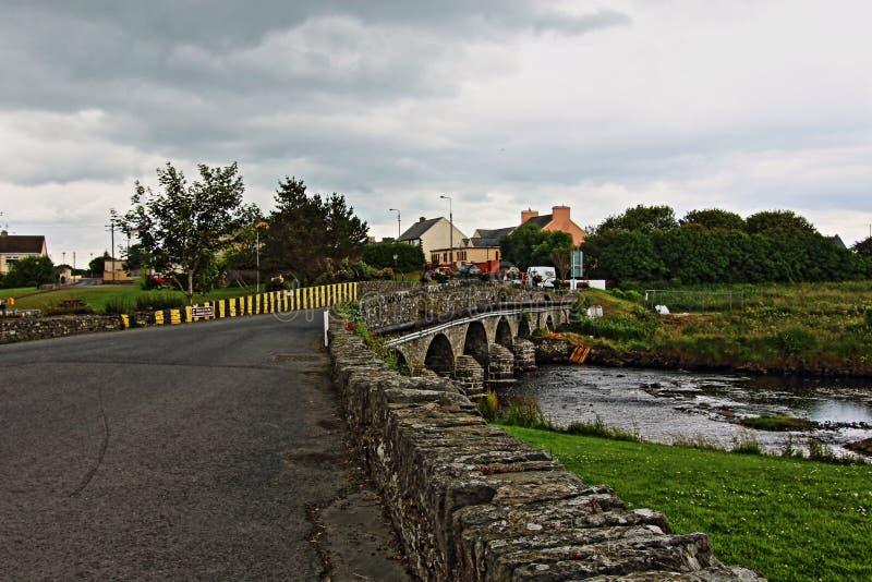 Pont/route au-dessus de crique de Doonbeg en Irlande photos libres de droits