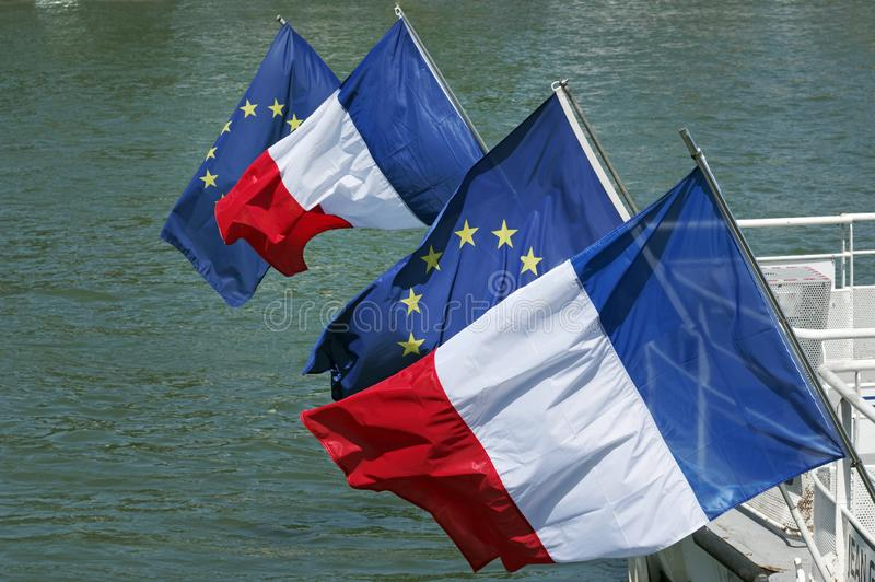 Pont royal de Pont dans le drapeau d'Union européenne et le drapeau français sur des riverParis de la Seine photos stock
